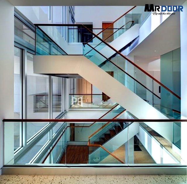 Cầu thang kính cường lực được phân loại dựa trên những tiêu chí cụ thể